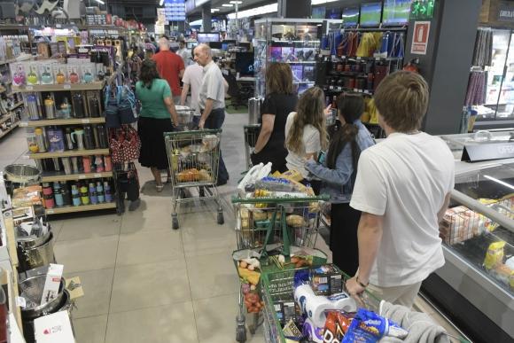 Supermercado tras anuncio de coronavirus en Uruguay. Foto: Marcelo Bonjour