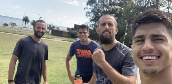 Juntos. El profe Ignacio Barboza (de Tercera División) entrenó ayer en el Buceo con el paraguayo Miguel Jacquet, Guzmán Corujo y Mathías Laborda.