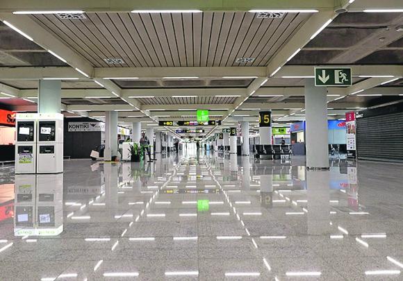 Palma de Mallorca: el aeropuerto generalmente ocupado estuvo vacío ayer lunes. España ha registrado casi 1.000 nuevas infecciones por Covid-19. Foto:AFP