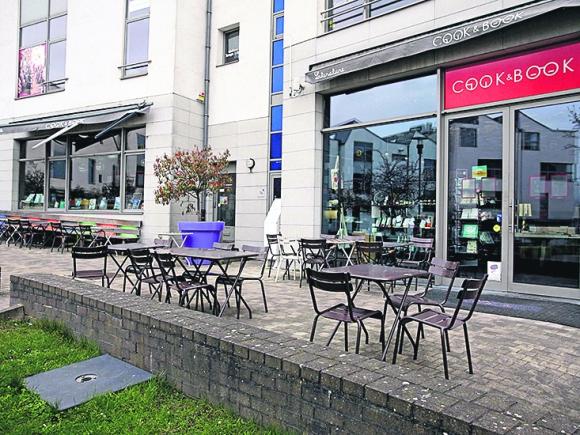 La terraza vacía de un restaurante-librería cerrado en Bruselas el pasado fin de semana. Foto: AFP