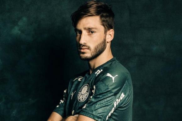 Matías Viña posando con la camiseta del Palmeiras. Foto: @matiasnvs17