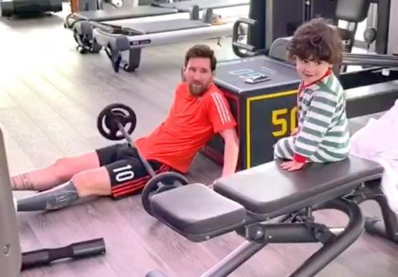 Lionel Messi con su hijo Mateo en el gimnasio de su casa.