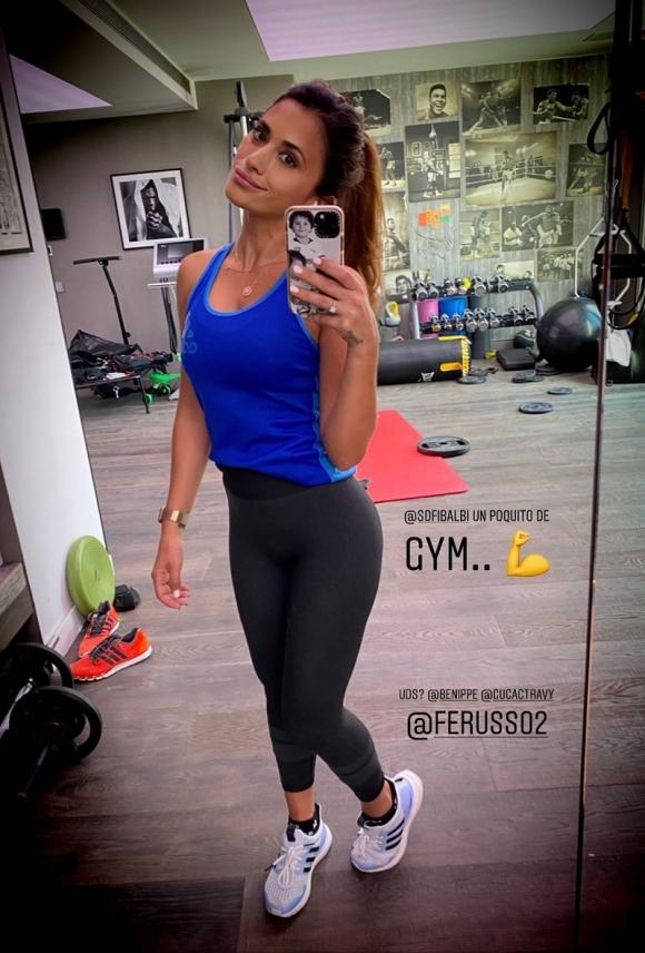 Antonela Roccuzzo en el gimnasio de la casa.