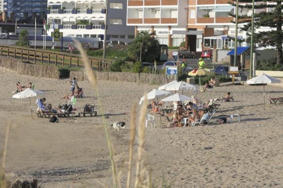 Personas en una playa en Maldonado ocho días después de que se anunció la llegada del coronavirus en Uruguay. Foto: Ricardo Figueredo.