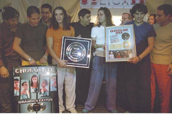 Una formación de la banda Chocolate recibe premios por sus ventas. Foto: Archivo El País