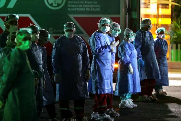 Funcionarios de salud se protegen para evitar contagios por coronavirus. Foto: Reuters