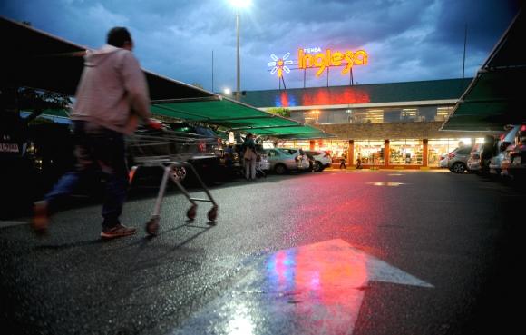 Hombre ingresando a un local de Tienda Inglesa. Foto: Fernando Ponzetto