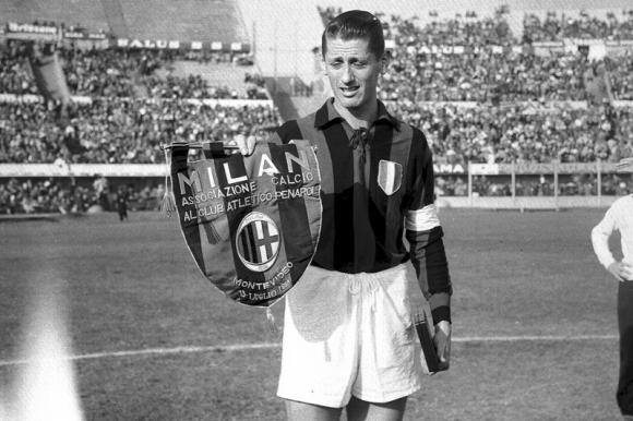 Juan Alberto Schiaffino en un duelo entre Peñarol y Milan en el Centenario. Foto: Archivo El País.