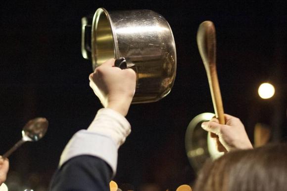 El sonido de las cacerolas se mezcló con los aplausos. Foto: Archivo El País