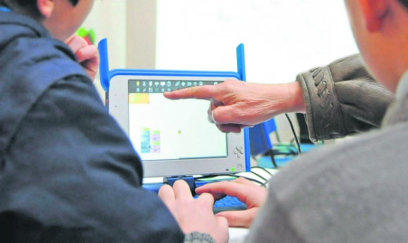 Los colegios que no habían desarrollado plataformas virtuales se apoyan en el Plan Ceibal y en aplicaciones de celular. Foto: Archivo El País