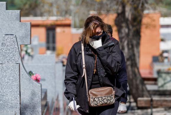 Mujer protegiéndose para no contagiarse de coronavirus en España. Foto: AFP.