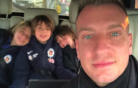Maxi López con sus tres hijos