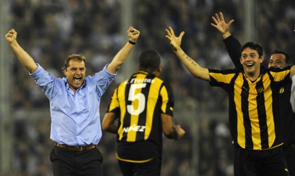 Peñarol ante Velez en la Copa Libertadores de 2011. Foto: Archivo El País