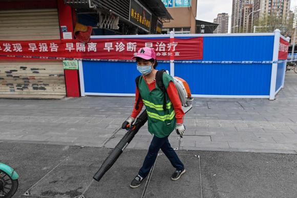 """El mercado (allí cerrado) donde trabajaba Wei Guixian, a quien habrían identificado como la """"paciente cero"""" de coronavirus. Foto: AFP."""