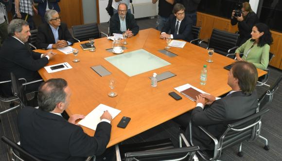 Una delegación del Frente Amplio se reunió ayer con el presidente de la República para analizar la crisis sanitaria. Foto: Leonardo Mainé