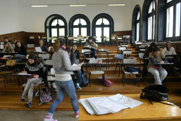 Lectura y matemática son las áreas donde los jóvenes presentan mayores problemas. Foto: Archivo El País