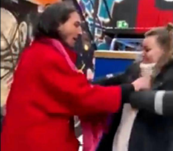 El actor Ezra Miller atacando a una fan. Foto: Captura