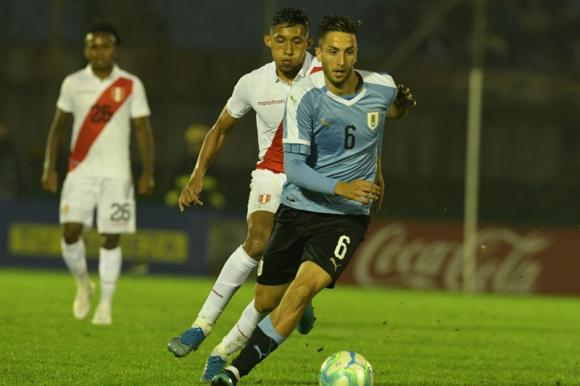 Rodrigo Bentancur en el duelo entre Uruguay y Perú. Foto: Gerardo Pérez.