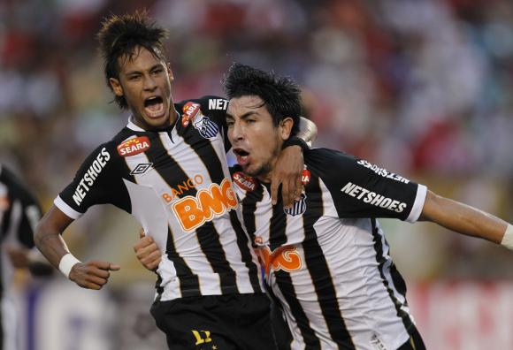 Jorge Fucile y Neymar.