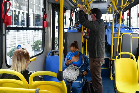 Ómnibus: pasajeros con tapabocas. Foto: Francisco Flores.