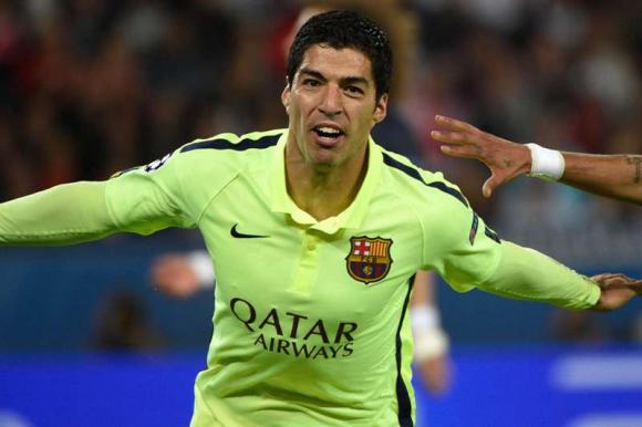 Luis Suárez celebra uno de los goles anotados en el PSG- Barcelona. Foto: AFP.