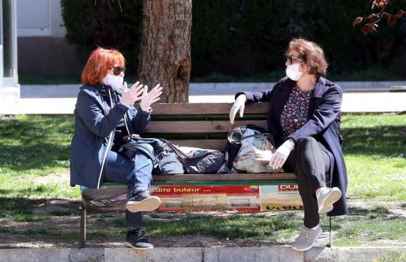 Mujeres en Bosnia cosen mascarillas. Foto: EFE