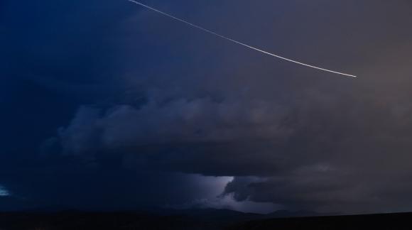 Asteroide pasando cerca de la Tierra. Foto: Pixabay