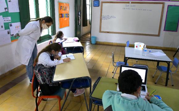 Un regreso a las clases en escuelas rurales con túnicas, moñas y tapabocas. Foto: Leonardo Mainé