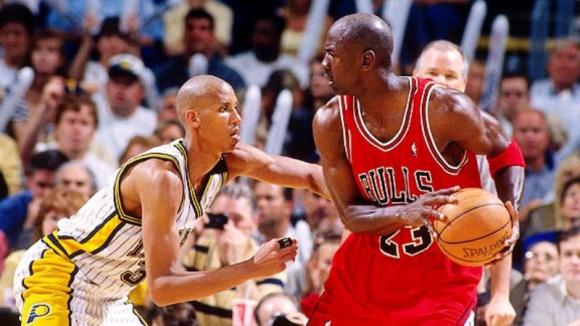 Reggie Miller contra Michael Jordan en un partido de la NBA