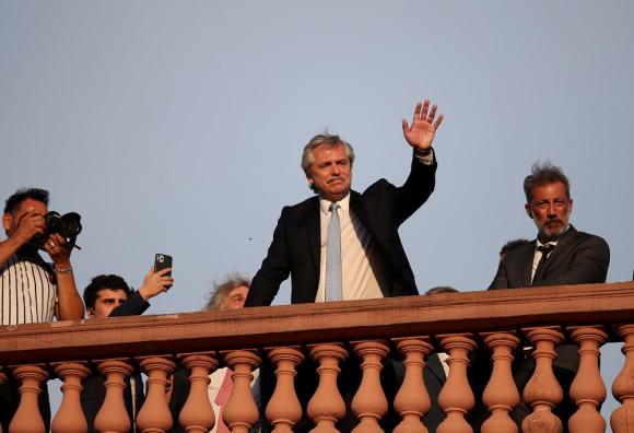 Alberto Fernández saludando desde un balcón de la Casa Rosada, el pasado 10 de diciembre, cuando asumió la presidencia de Argentina. Foto: Reuters - Archivo