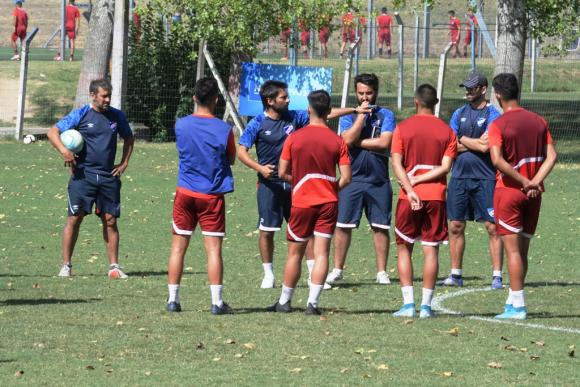Martín Ligüera en Los Céspedes junto a sus jugadores. FOTO: Leo Mainé.
