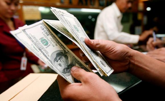 Cambio: esta vez el BCU salió a comprar dólares para moderar la caída del billete verde en la sesión. Foto: EFE - Archivo