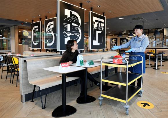 En este plan piloto los comensales reciben en su mesa el combo como forma de mantener una distancia prudencial. (Foto: Reuters)