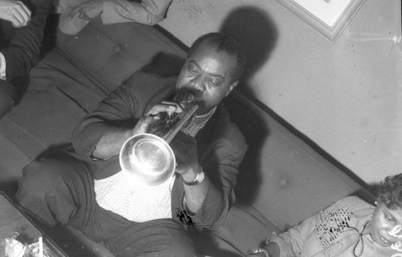 Louis Armstrong en el camarín del Cine Plaza. Foto: Archivo El País.