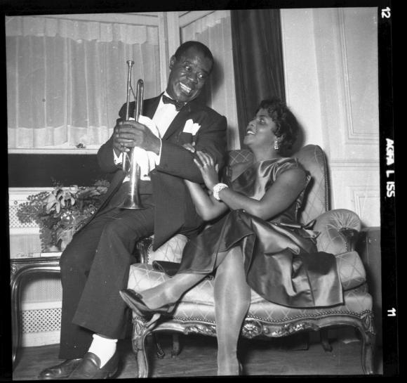 Louis Armstrong junto a su esposa en el camarín del Cine Plaza. Foto: Archivo El País.