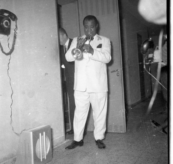 Louis Armstrong a punto de salir a escena. Foto: Archivo El País.