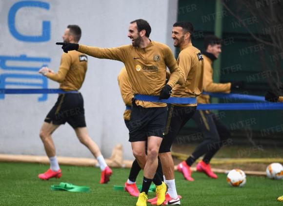 Diego Godín y Matías Vecino entrenando en el Inter de Milán