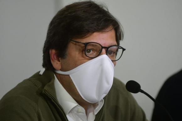 Javier Miranda, presidente del Frente Amplio, en conferencia de prensa este lunes. Foto: Francisco Flores.