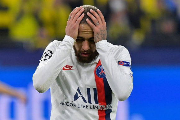 Neymar y un lamento con la camiseta del Paris Saint-Germain. Foto: AFP.