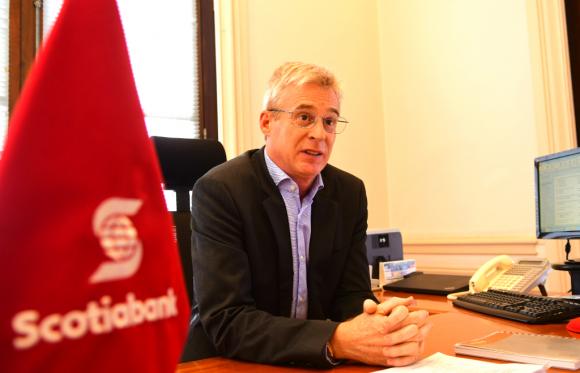 """""""Hoy la demanda no va tanto por elevar créditos, sino por refinanciaciones"""", dijo el jerarca. Foto: Marcelo Bonjour"""