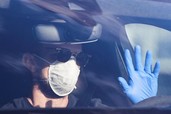 Ivan Rakitik con guantes y tapabocas. Foto: EFE.