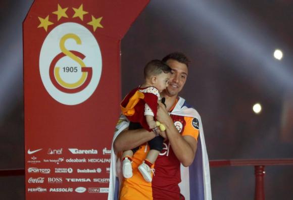 Fernando Muslera junto a su hijo en una celebración del Galatasaray. Foto: Reuters.