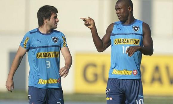 Nicolás Lodeiro y Clarence Seedorf compañeros en Botafogo.