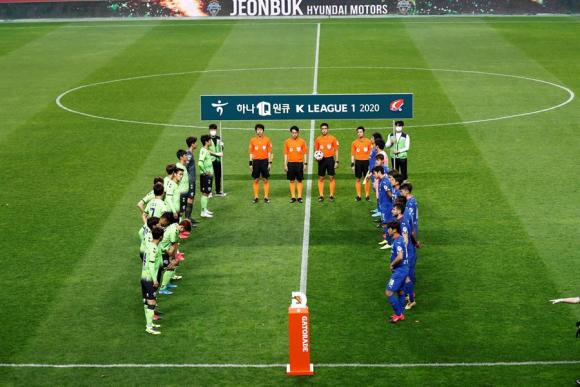 Momentos previos al inicio del juego entre Jeonbuk Motors y Suwon Bluewings. Foto: EFE.