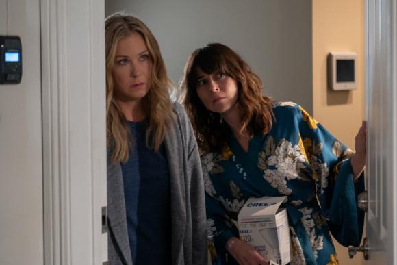 "Christina Applegate y Linda Cardellini en ""Dead to Me"". Foto. Netflix"