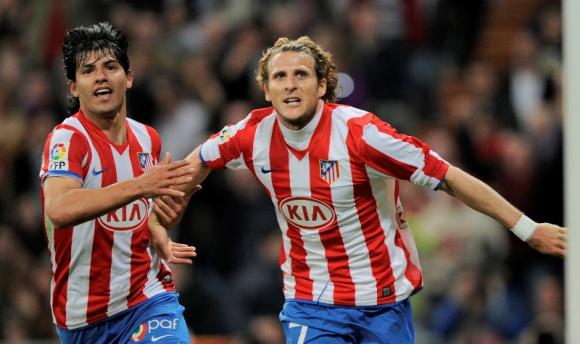 Sergio Agüero y Diego Forlán celebran un tanto con el Atlético de Madrid. Foto: Archivo.
