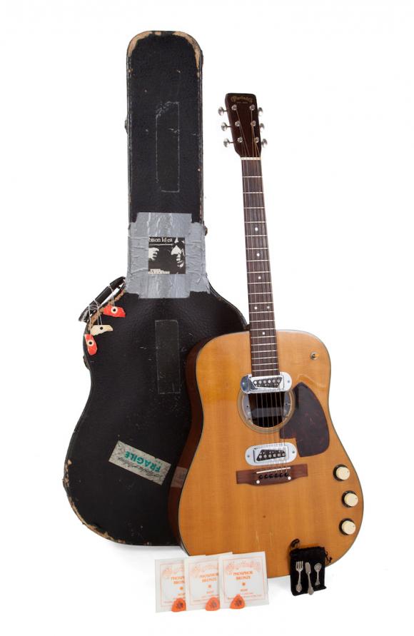 """La guitarra acústica Martin D-18E de 1959 que tocó Kurt Cobain durante la grabación en vivo de """"MTV Unplugged"""" en 1985. Foto: Reuters."""