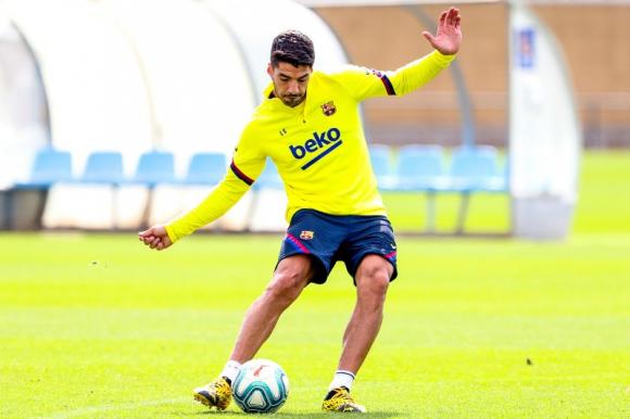 Luis Suárez entrenando con pelota con los colores del Barcelona. Foto: @FCBarcelona_es.