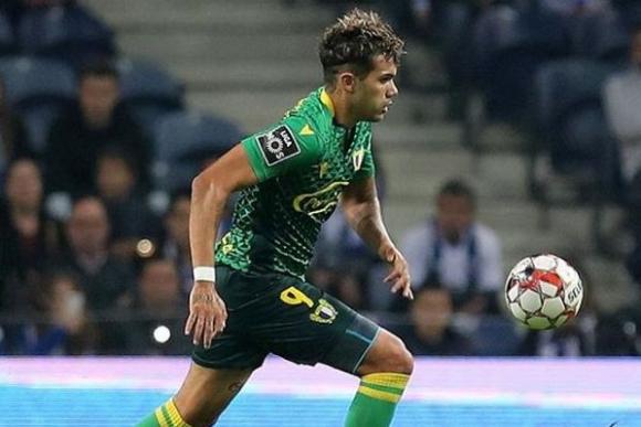 Nicolás Schiappacasse defendiendo la camiseta del Famalicao.