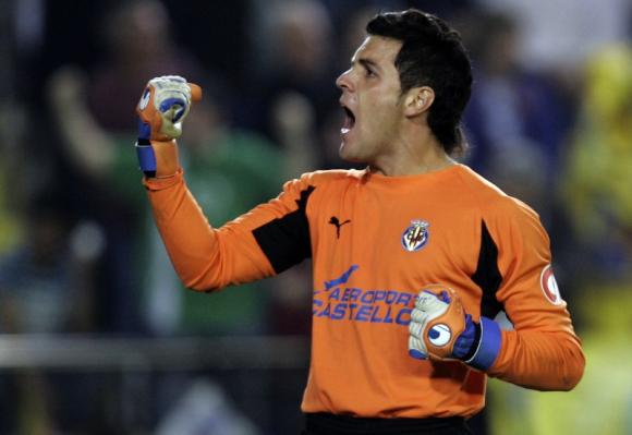 Sebastián Viera defendiendo los colores del Villarreal. Foto: AFP.